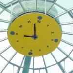 Gelbe Glaskuppeluhr